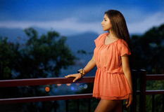 Mooi meisje op het balkon Royalty-vrije Stock Foto's
