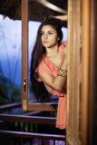 Mooi meisje op het balkon Stock Afbeeldingen