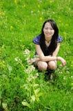 Mooi meisje op het gras Royalty-vrije Stock Fotografie