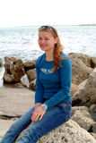 Mooi meisje op het strand stock foto's