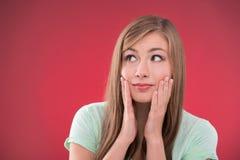 Mooi meisje op rode achtergrond Royalty-vrije Stock Foto