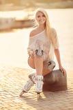 Mooi meisje op rolschaatsen in het park Stock Afbeelding