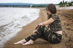 Mooi meisje op strand Stock Afbeelding