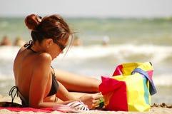 Mooi meisje op strand Stock Afbeeldingen