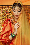 Mooi meisje in oranje kleding Royalty-vrije Stock Afbeeldingen