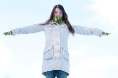 Mooi meisje over blauwe de winterhemel en zon Royalty-vrije Stock Fotografie