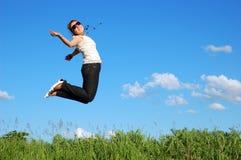 Mooi meisje over een blauwe hemel Stock Fotografie