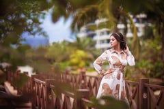 Mooi meisje in palmbladen Stock Afbeeldingen