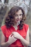 Mooi meisje in perziktuin Royalty-vrije Stock Foto