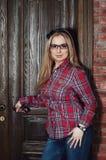 Mooi meisje in plaidoverhemd en glazen Royalty-vrije Stock Foto's