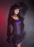 Mooi meisje in purpere en zwarte gotische uitrusting Royalty-vrije Stock Afbeelding