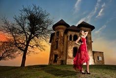 Mooi meisje in rode kleding op het gebied Royalty-vrije Stock Fotografie
