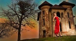 Mooi meisje in rode kleding op het gebied Stock Fotografie
