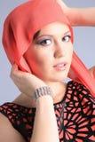 Mooi meisje in rode sjaal Stock Afbeelding