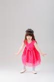 Mooi meisje in roze Prinseskleding met kroon die t proberen royalty-vrije stock foto's
