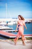 Mooi meisje in roze zijdekleding Stock Fotografie