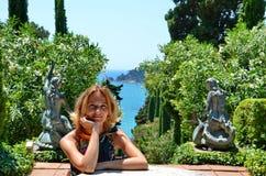 Mooi meisje in Santa Clotilde Gardens, het concept van de de zomervakantie Royalty-vrije Stock Afbeeldingen