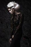 Mooi meisje in somber beeld met witte pruik royalty-vrije stock foto