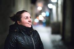 Mooi meisje in stad bij nacht Natuurlijke Schoonheid Stock Foto's