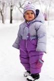 Mooi meisje tegen sneeuwaard openlucht Stock Afbeeldingen