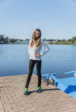 Mooi meisje tiener in het park tegen de meer openlucht 13-15 jaar Stock Foto