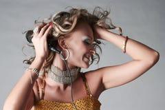 Mooi meisje in trendy uitrusting met microfoon. Royalty-vrije Stock Foto's