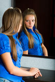 Mooi meisje vóór spiegel Royalty-vrije Stock Afbeeldingen