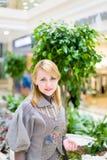 Mooi meisje in winkel Royalty-vrije Stock Foto's