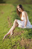 Mooi meisje in witte kleding bij het openlucht ontspruiten Royalty-vrije Stock Fotografie