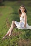 Mooi meisje in witte kleding bij het openlucht ontspruiten Royalty-vrije Stock Afbeeldingen