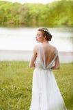 Mooi meisje in witte lange kleding met open rug Royalty-vrije Stock Afbeelding