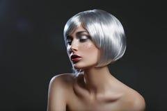Mooi meisje in zilveren pruik stock afbeeldingen