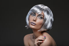 Mooi meisje in zilveren pruik royalty-vrije stock afbeeldingen