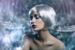Mooi meisje in zilveren pruik stock foto