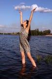 Mooi meisje in zonsondergangtijd royalty-vrije stock afbeelding