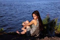 Mooi meisje in zonsondergangtijd stock afbeelding