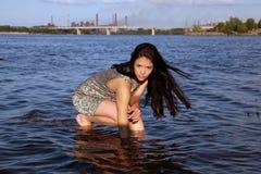 Mooi meisje in zonsondergangtijd royalty-vrije stock fotografie