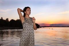 Mooi meisje in zonsondergangtijd royalty-vrije stock foto's