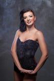 Mooi meisje in zwart korset Stock Fotografie