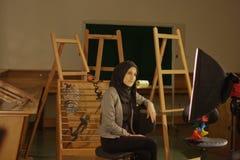 Mooi meisje in sluier het stellen in de fotostudio, Giza, Egypte Stock Foto's