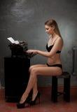 Mooi meisje in zwarte lingerie Stock Foto