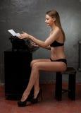 Mooi meisje in zwarte lingerie Stock Fotografie
