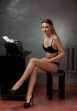 Mooi meisje in zwarte lingerie Stock Afbeeldingen