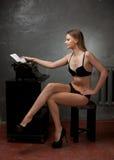 Mooi meisje in zwarte lingerie Stock Foto's