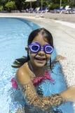 Mooi meisje in zwembad Stock Foto's