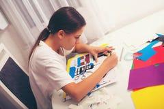 Mooi meisjes scherp document op de klasse van de kunstles royalty-vrije stock afbeeldingen