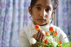 Mooi meisjeskind die camerabloemen ter beschikking onderzoeken Royalty-vrije Stock Fotografie