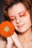 Mooi meisjesportret met bloem Stock Foto's