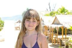 Mooi meisjesportret op het strand stock afbeelding