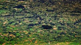 Mooi menings Europees platteland van hierboven, zoals die door vliegtuigvenster wordt gezien royalty-vrije stock afbeelding